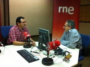 Un momento de la entrevista realizada en los estudios de RNE en Murcia por el periodista Pepe Rocamora, a la derecha de la imagen, al nuevo responsable diocesano de Difusión, Pedro José Navarro.