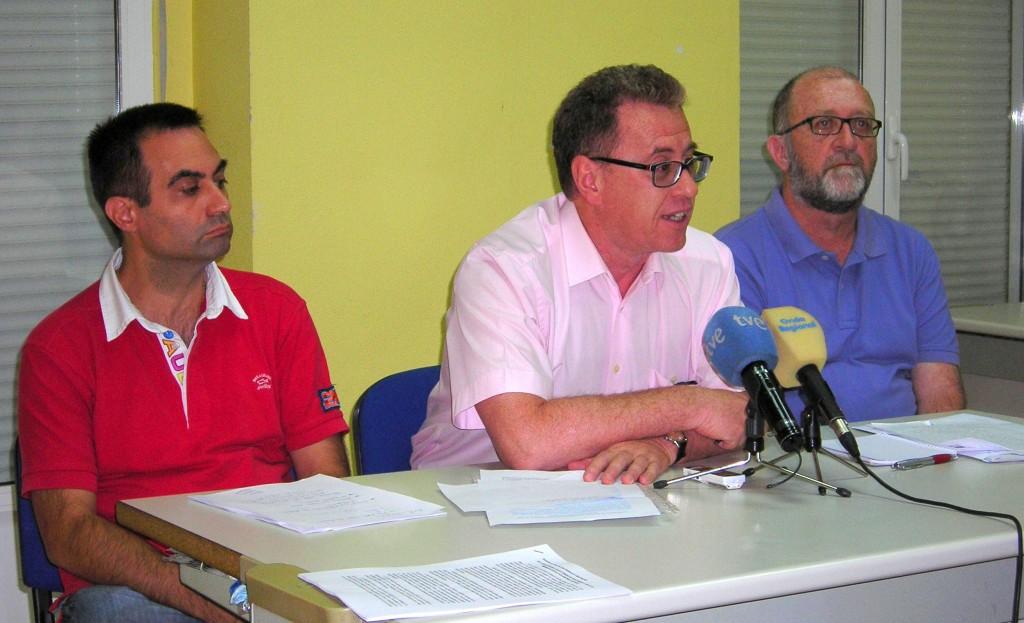 De izquierda a derecha,  Juan de Dios González, presidente de la Sociedad Murciana de Medicina Familiar y Comunitaria; Mario Soler, portavoz de ReCIPS, y José Roel, de Medicos del Mundo.