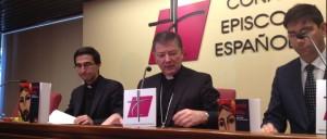 Juan Antonio Martínez Camino, en el centro, durante la presentación de la nueva edición de la Biblia patrocinada por el Banco Popular,