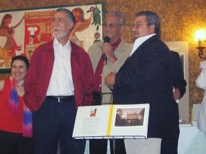 """Pepe Tornel, a la izquierda de la imagen, cuando recibió el premio """"Vecino del Año"""", el 28 de mayo de 2004, concedido por la Federación de Asociaciones de Vecinos de Murcia, en reconocimiento a su compromiso con la gente de los barrios."""