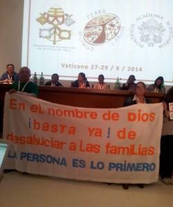 La pancarta de la protesta de hace un año en Murcia estuvo presente mientras Joaquín Sánchez intervino en una de las sesiones del Encuentro