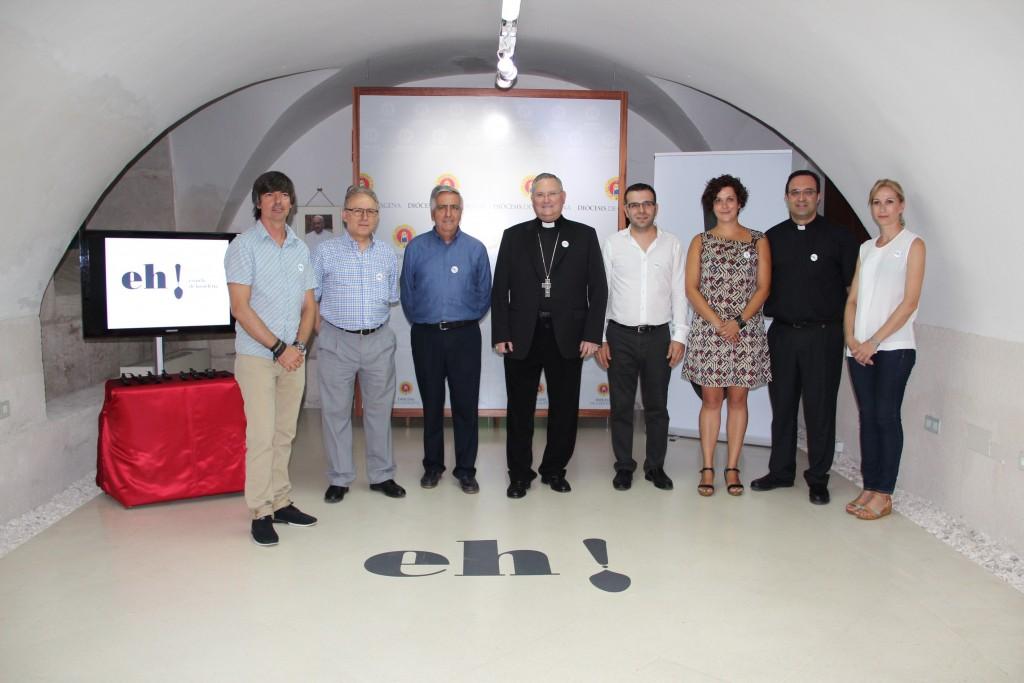 Un momento de la presentación del proyecto de la Escuela de Hostelería. En el centro, el obispo José Manuel, junto a los directivos de Cáritas y representantes de agencia de publicidad Portavoz.