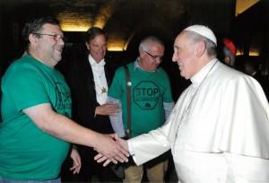 Francisco saluda a Joaquín Sánchez y a José Antonio Vives, en el I Encuentro celebrado en Roma en 2014.